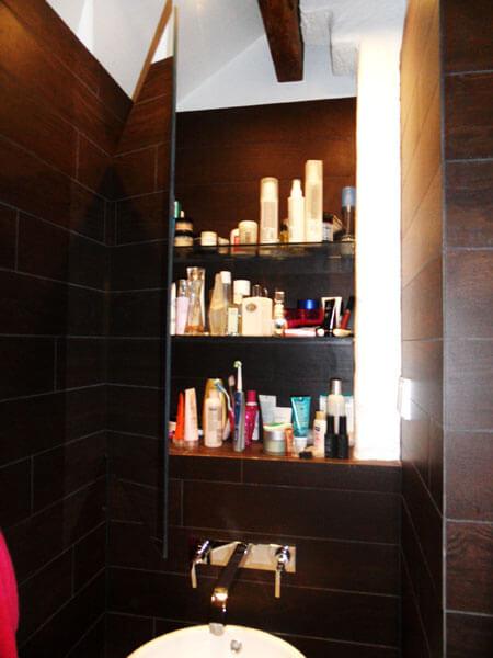 Fint inbyggt badrumsskåp och elegant integrerad kran