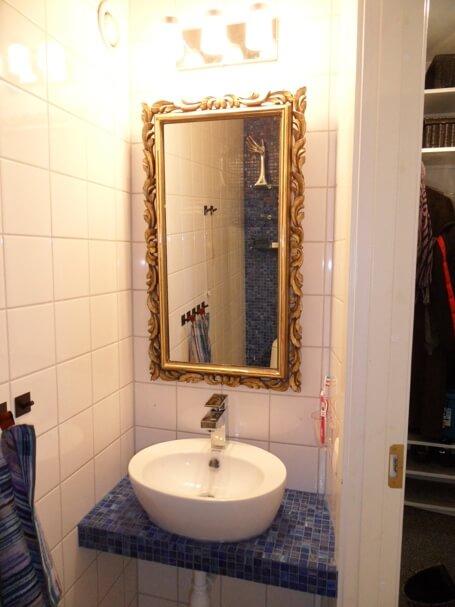 Innan satt det en vanlig spegel utan ram, nu hade familjen en snygg sak på lantstället med