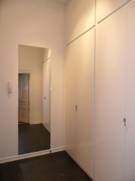 Snick Matte har platsbyggt efter mina ritningar, dörrarna i MDFär snickerigjorda och vitlackade